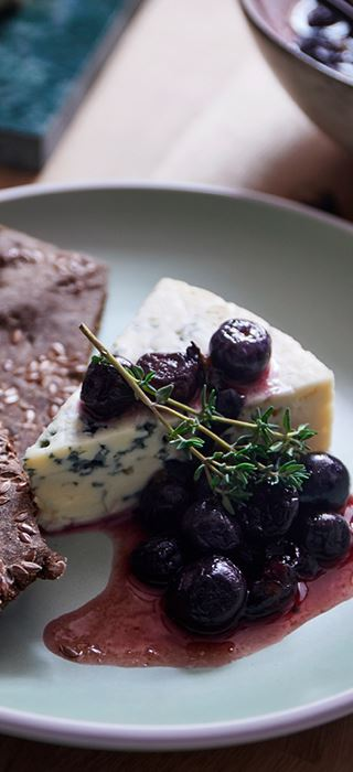 Blue cheese with blueberries, thyme and malt crackers