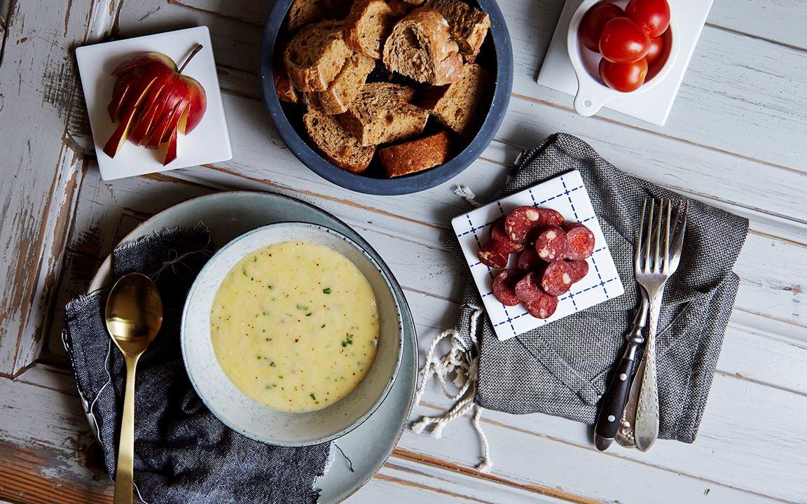 Fondue with Havarti, white wine and tarragon
