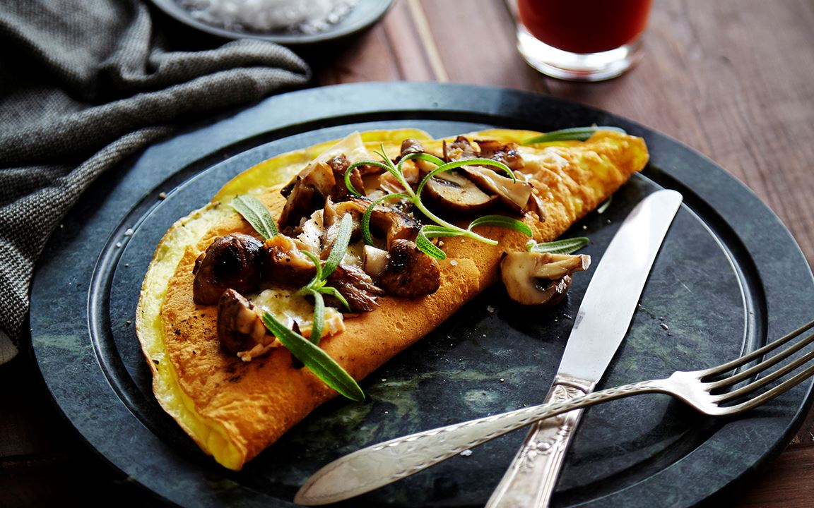 Omelet with Double Creme White, mushrooms and fresh thyme