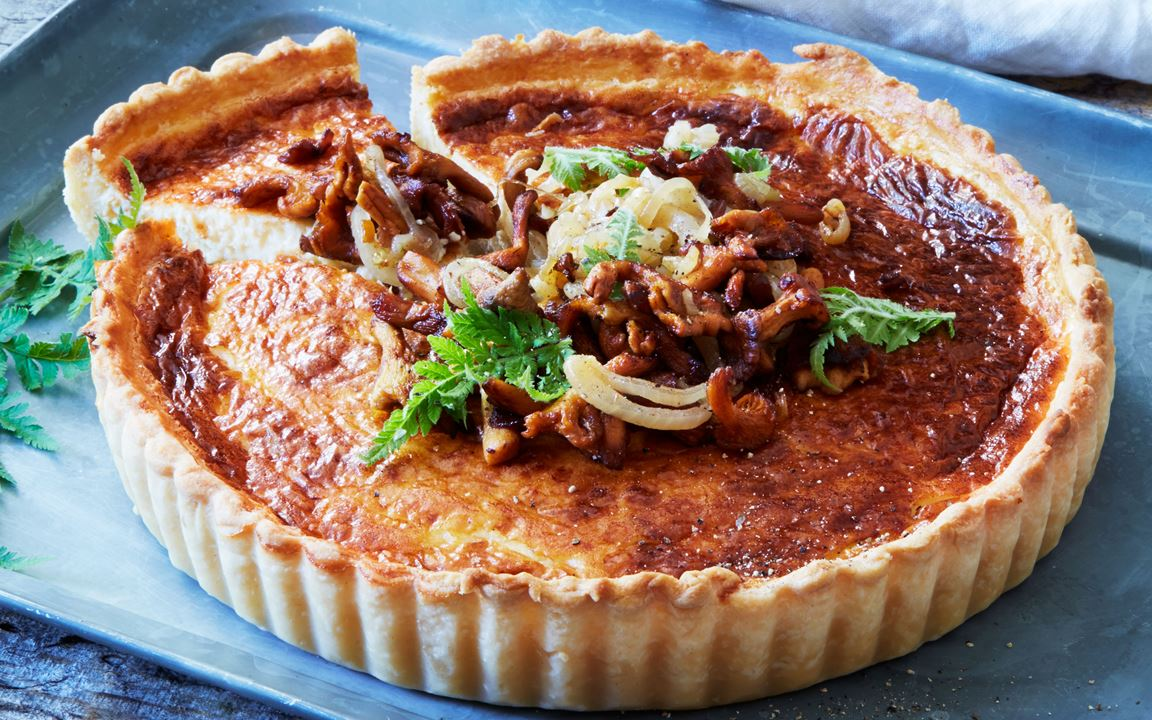 Pie with onions and chanterelles