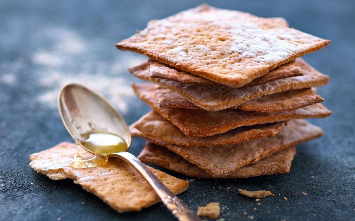 Spelt crispbread with sesame seeds