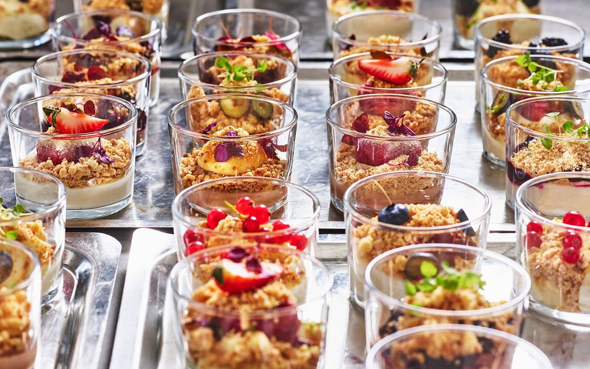 Tre baser, tre toppings och tre crunchs. Ett perfekt upplägg för dig som vill variera dina glasdesserter på nya och spännande sätt. Här hittar du Disas byggstenar som du enkelt kombinerar ihop till hela 27 olika desserter.