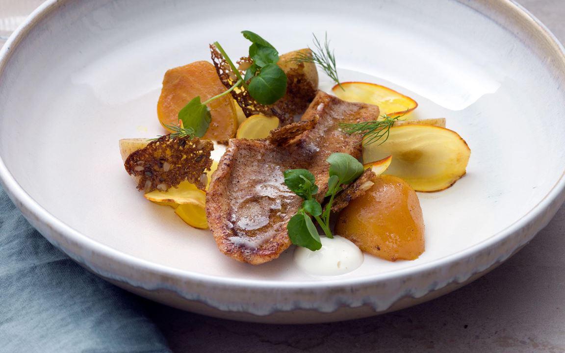 En härlig fiskrätt med svenska sommarsmaker. Skäm bort dina gäster med smörstekta abborrefiléer, mjäll färskpotatis, kokta samt skivade råa och inlagda gulbetor. Byt ut knäckebrödet mot ett krispigt rågbrödsflarn.