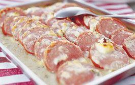 Den ugnsgratinerade falukorven är en klassiker både i hemmet och skolan. Den här falukorven gratineras med ädelost och tillagas sedan i bleck vilket gör det enkelt att laga mat till många.