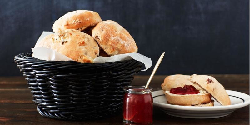 Dessa supergoda scones får en härlig skorpa som avslöjar det spännande innehållet med ost och pekannötter.