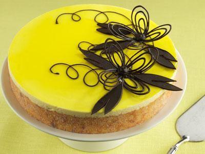 Vinnartårtan med ägglikörsbavaroise och aprikoskompott på mandelbotten med en spritsad chokladdekor.