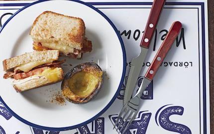En ny, spännande smakkombo. Äggsandwich med ost och bacon för sälta och varm avokado kryddad med curry som tillbehör.