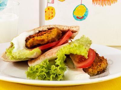 Ahlam lagar allt vegetariskt. Hennes falafel är jättepopulär och det går åt mycket. Vi kokar stora satser med egna kikärtor och kyler ner.