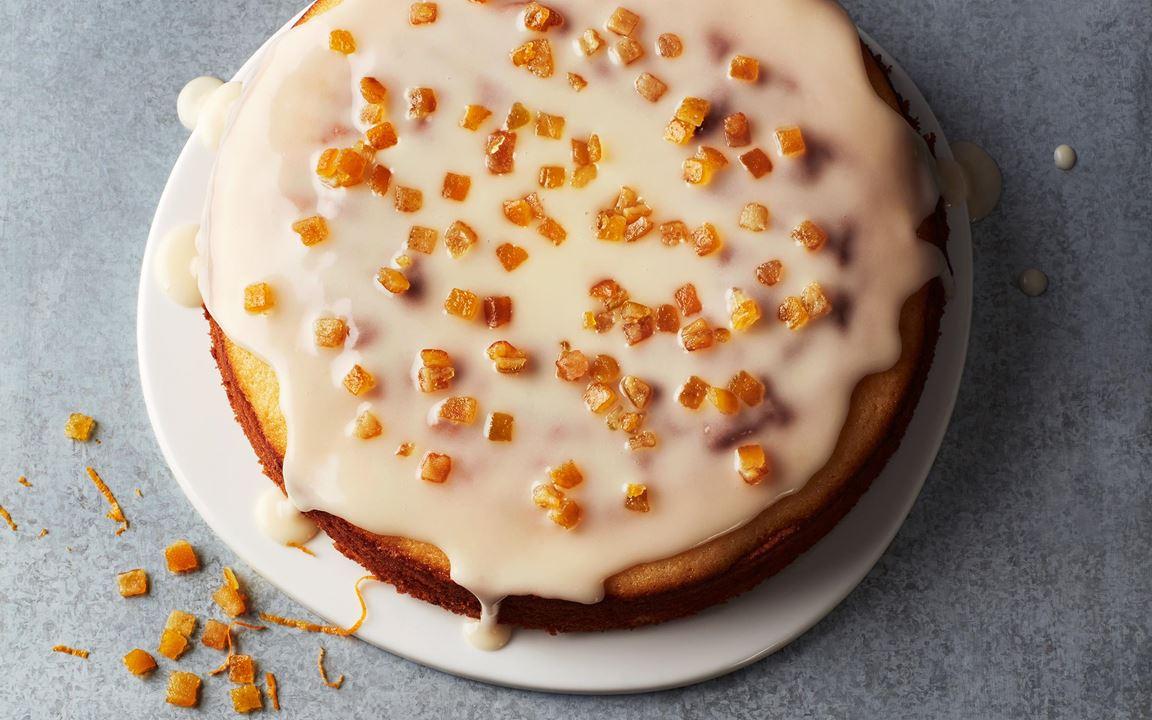 Uppskattad och hållbar kaka som är jätteenkel att baka. Saftig och god med sötsyrlig glasyr och garnerad med syltat apelsinskal.