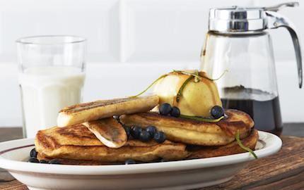 Amerikanska, fluffiga pannkakor är en brunchfavorit. Speciellt som här när karamelliserade bananer och luftigt jordnötssmör samsas med färska blåbär och rinnande lönnsirap.