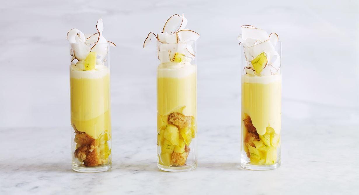 Piña colada är en klassisk drink. Här samsas de exotiska smakerna i en makalöst god dessert med härliga konsistenser och tunt hyvlad kokos.