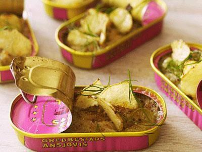 en spännande variat på Janssons frestele med oliver och citronskal, som serveras portionsvis i ansjovisburkar.