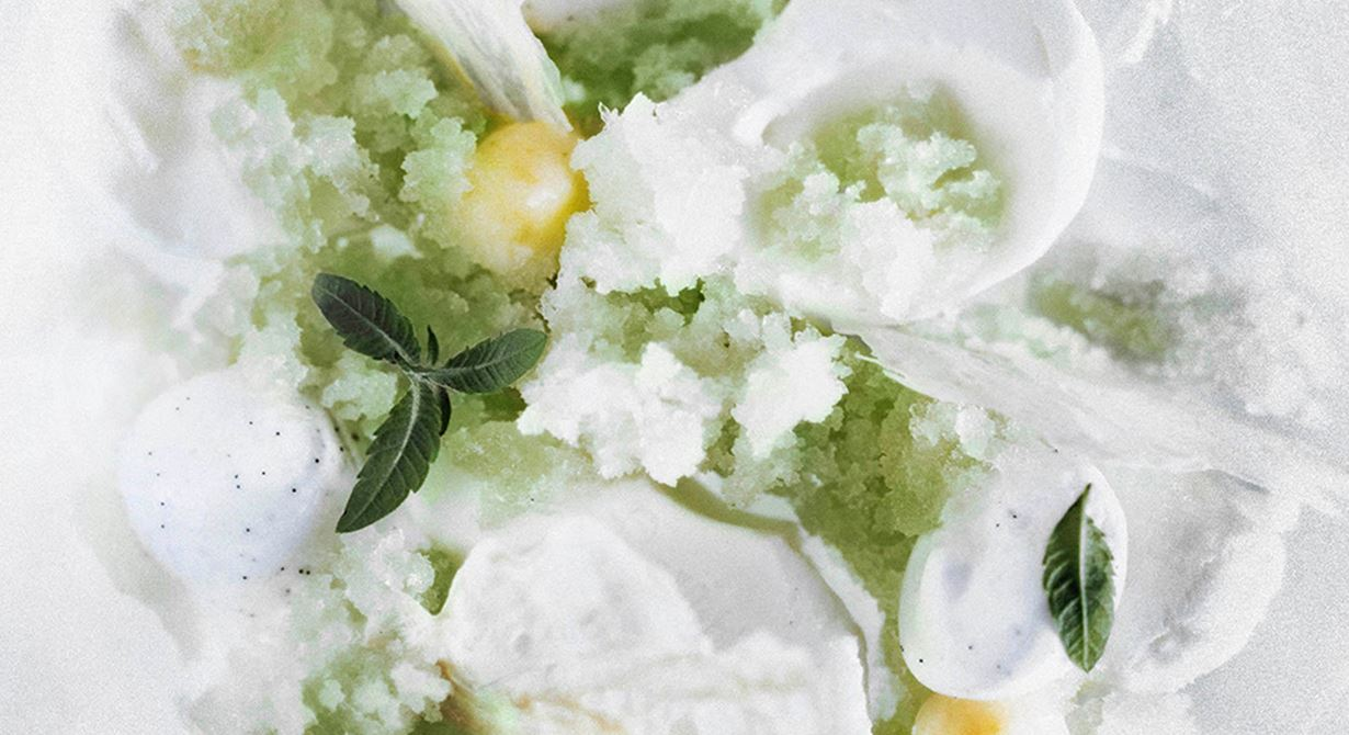Antarktis oändliga snötäckta vidder och isberg har gett inspirationen till denna frostiga dessert. Ett krämigt skum på syrlig yoghurt serveras med en is på citronverbana och färskriven ingefära, fluffiga små vintermoln av socker och äggvita samt krispigt mjölkskinn med smak av citrongräs. Uppiggande som vinterns första snöfall.