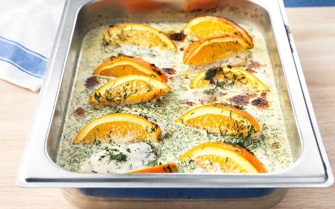 En otroligt enkel fisk där vi bara häller gräddblandningen över fisken. Mycket uppskattad bland barnen för sin friska, fina smak av apelsin.