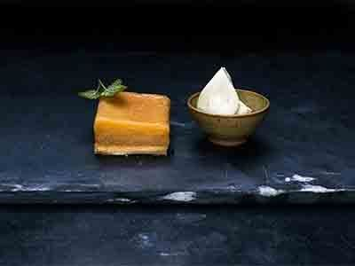 Franskt, frasigt bakverk med calvadossmörade äpplen som bakas länge i ugn.  En klick citronmelissmetana förhöjer smaken.