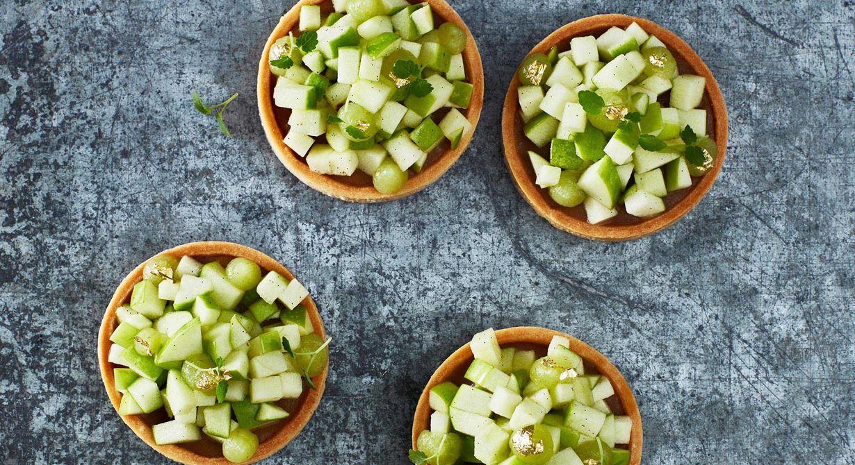 Äppelsäsongens högtid finns med en spröd äppeltartelett. Inuti det fina skalet ligger en smörkola, en syrlig, krispig äppelsallad med ton av vanilj och spritsad äppelkräm som toppas av glänsade bladguld.