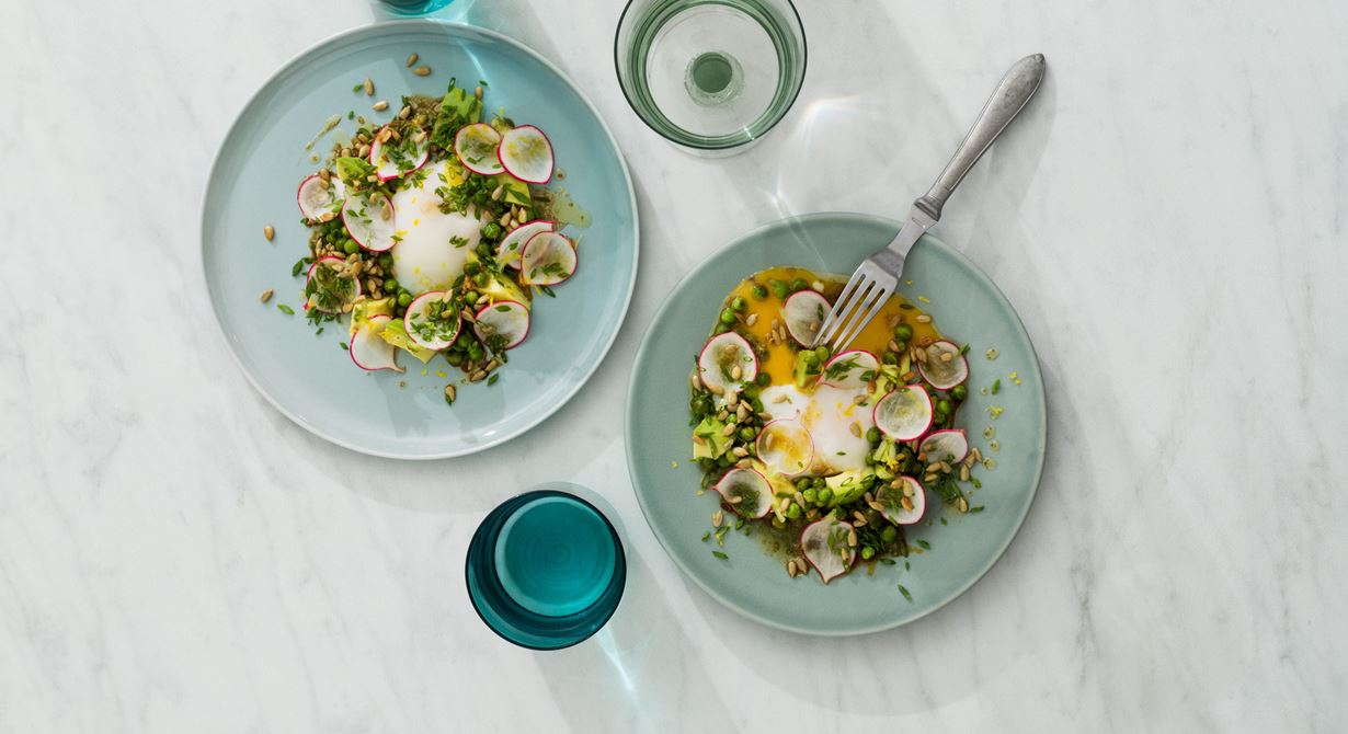Citronmarinerad avokado med krispigt lövtunna rädisskivor och 63° ägg toppad med ärter, fräsch wasabicitronette, solroskärnor och gräslök.