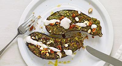Bakad aubergine med uppfriskande örter och ett ostsmör som påminner om en saftig gremolata. Gott även till andra grönsaker och svamp. Toppa rätten med rökt gräddfil och heta nötter.
