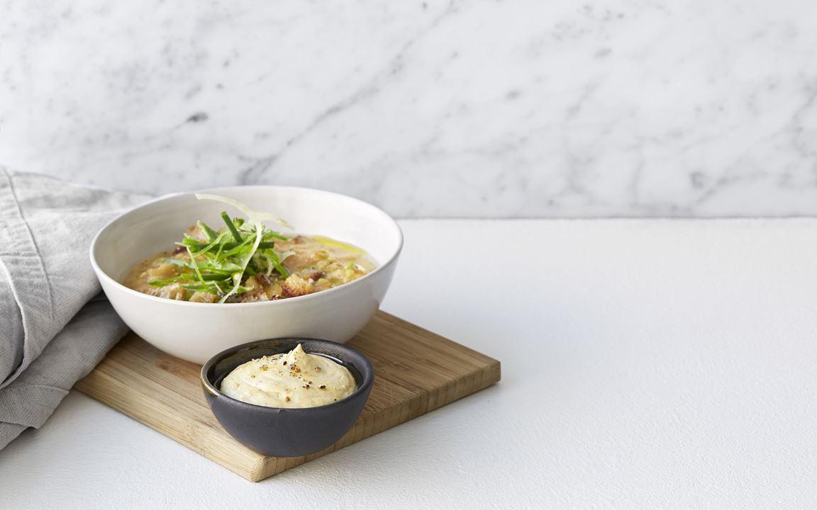 Mixad avokado är fantastiskt gott att blanda med färskosten. Lägg till limen för fräschör och anchochili för sötma och djup. En röra som passar till alltifrån räkor till  kyckling och fläsk.