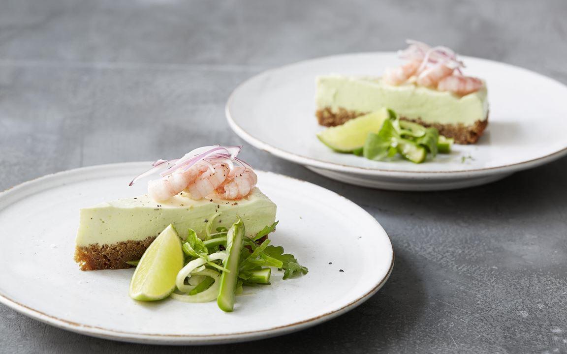 Den vackert ljusgröna cheesecaken blir ljuvligt len och god med avokado blandat med färskosten. Limen tillför fräschör och en liten beska som gör den perfekt till  salta skaldjur.