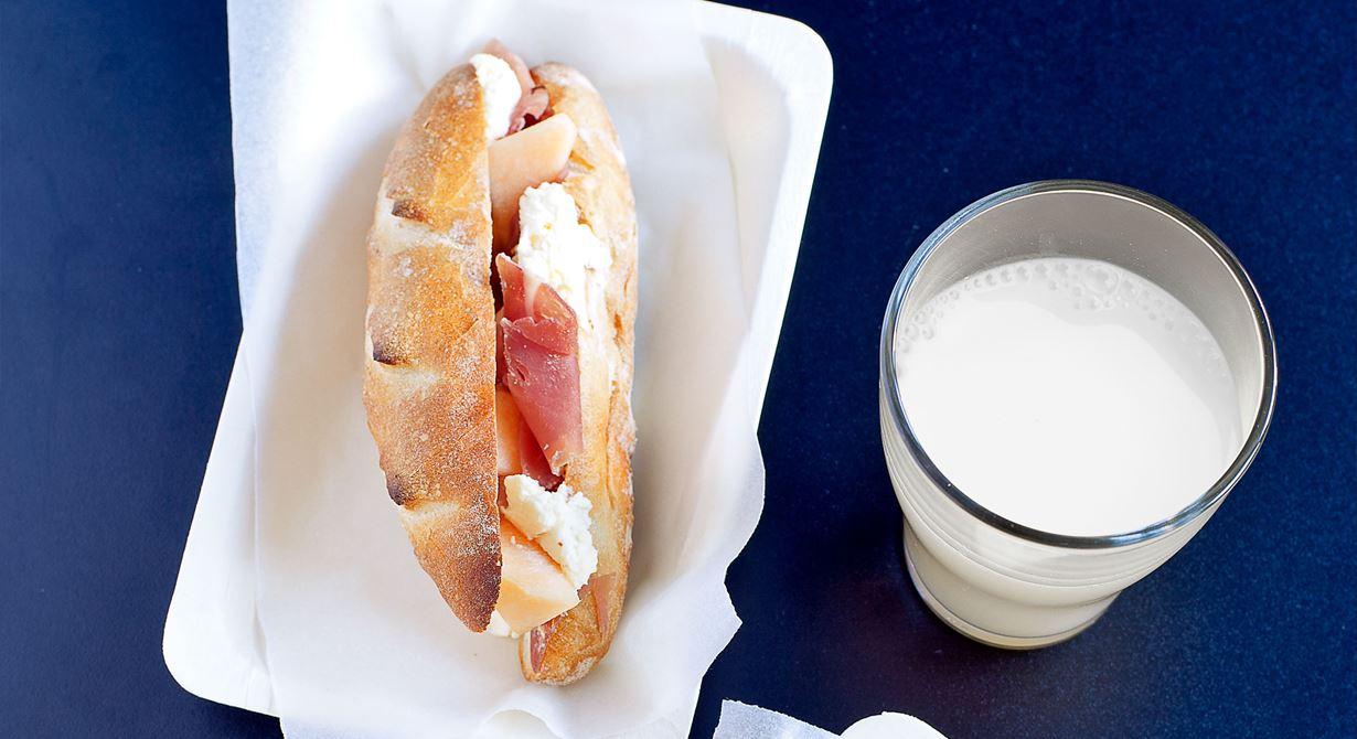 Små, välfyllda baugetter säljer sig nästan själva. Kalljäs dem över natten så får du saftiga, smakrika bröd med den rätta sega konsistensen. Ladda dem med en trevlig  ostkräm, parmaskinka och melon - tacksamma Medelhavssmaker som alltid funkar ihop.