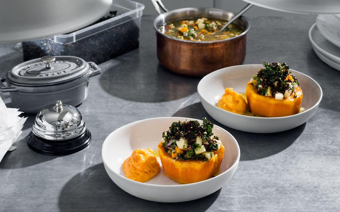 Bakad butternutpumpa med pumpacrème, ljummen äppelvinägrett och krispig quinoablandning
