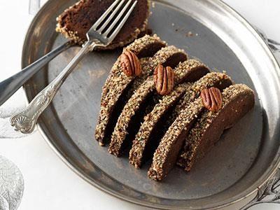En variant på kladdkaka eller brownie som kan serveras med grädde och bär.