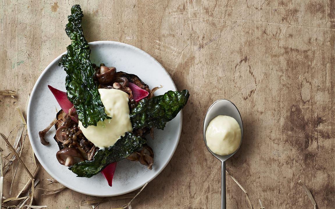Härlig helbakad rotselleri med brynt smör, grönkål och linser