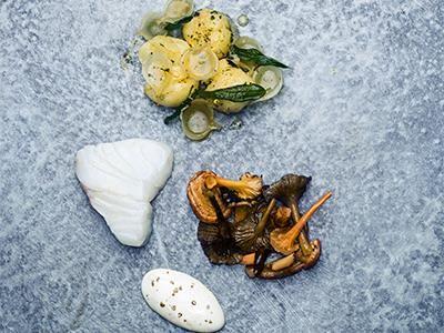 Ugnsbakad, rimmad torsk i en smakfull kombination med skogssvamp. Potatisen blir något extra när den trycks till och blandas med brynt smör, citron och salvia.
