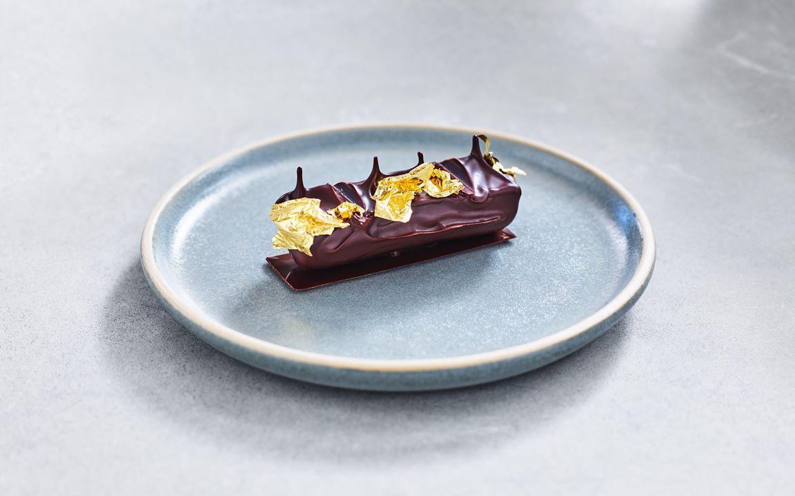 Choklad tillsammans med pistage är en oslagbar kombination. Men med hjälp av aprikosmarmelad och ingefärsganache höjer du din dessert till nya spännande nivåer. Toppa med lite bladguld för ett extra lyxigt utseende.
