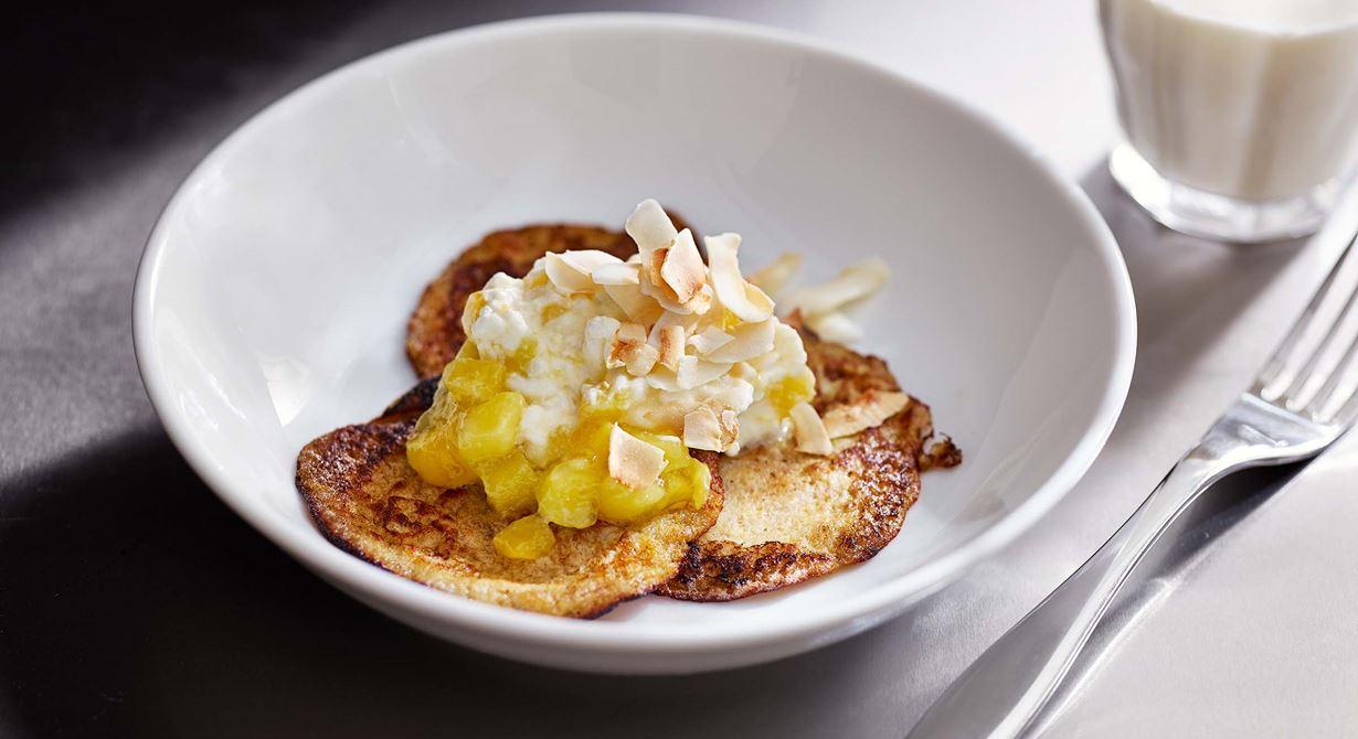 En favorit till mellis. Små bananplättar tackar ingen nej till. Använd mogna bananer eftersom all sötma i plättarna kommer från frukten. Jättegoda ihop med en röra på cottage cheese, färskriven ingefära och mango. Toppa med rostad kokos.