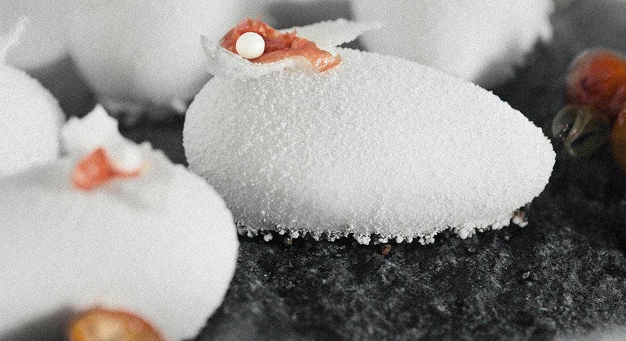 En av barndomens kvardröjande smaker är nyponsoppa med mandelbiskvier och  vaniljglass. Här gömmer sig syltade nypon i äggformade snöbollar av gräddmousse  på en mandelbotten. Nostalgi har aldrig smakat så bra.