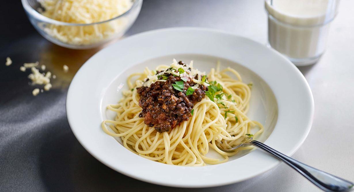 En mustig, god bolognese och ett grönt alternativ, lika populärt som originalet. Belugalinser kan ersätta köttfärs och passar perfekt att använda i såser eller sallader, eftersom de håller ihop bra vid kokning. En skvätt grädde rundar av.