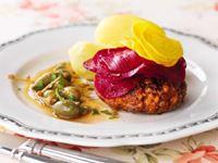 Vår kreativa kock Maria lade rödbetorna ovanpå biffen istället för i smeten. Råa, marinerade rödbetor känns dessutom festligare än inlagda. Speciellt när de serveras med brynt smör. Detta är en klassiker i modern tappning med kända, uppskattade smaker.