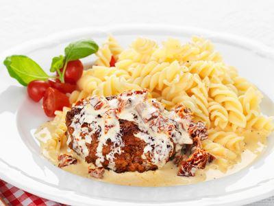 Saftiga köttfärsbiffar tar oss till en liten trattoria i Italien. Citronskal piggar upp köttfärsen, precis som salvian och de soltorkade tomaterna i gräddsåsen.
