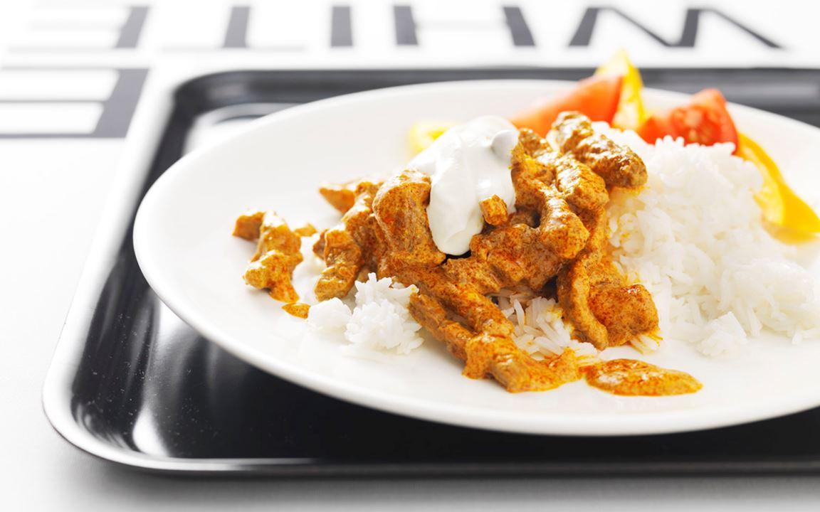 En fullträff som funkar med både kött och kyckling. I Indien betyder curry gryta. Den här curryn är kryddad med garam masala, som betyder het kryddblandning. En klick matyoghurt ger en underbar brytning till den lite heta curryn.