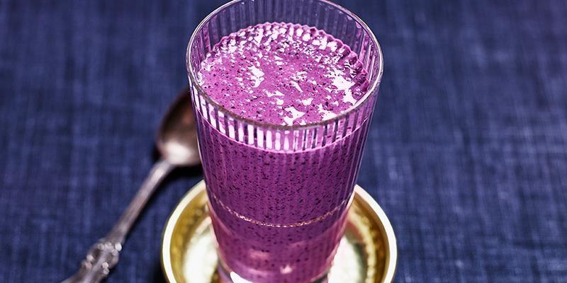 En mättande dryck av yoghurt med blåbär och banan.