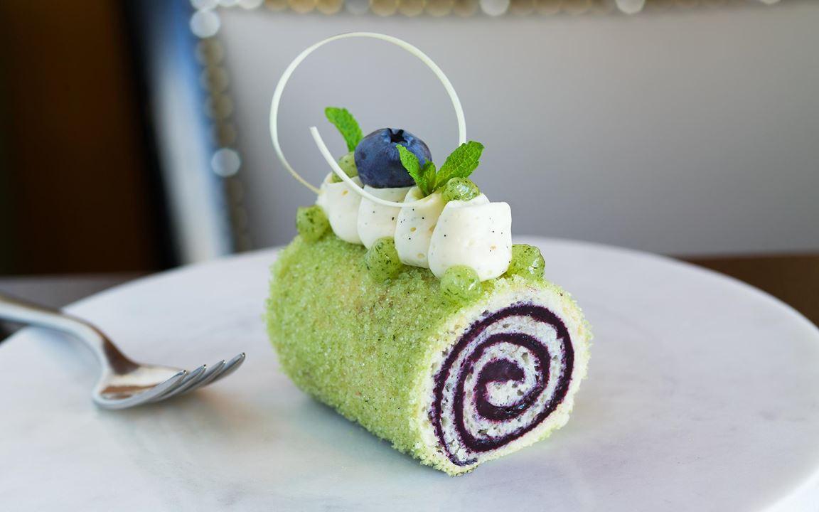 Blåbär och mynta är ett utmärkt smakpar. Rulltårta i miniformat med kompott på svenska blåbär toppad med vaniljgrädde och myntacrème. Rulla bottnarna i grönt  myntasocker. Servera som bakelse eller tapas.