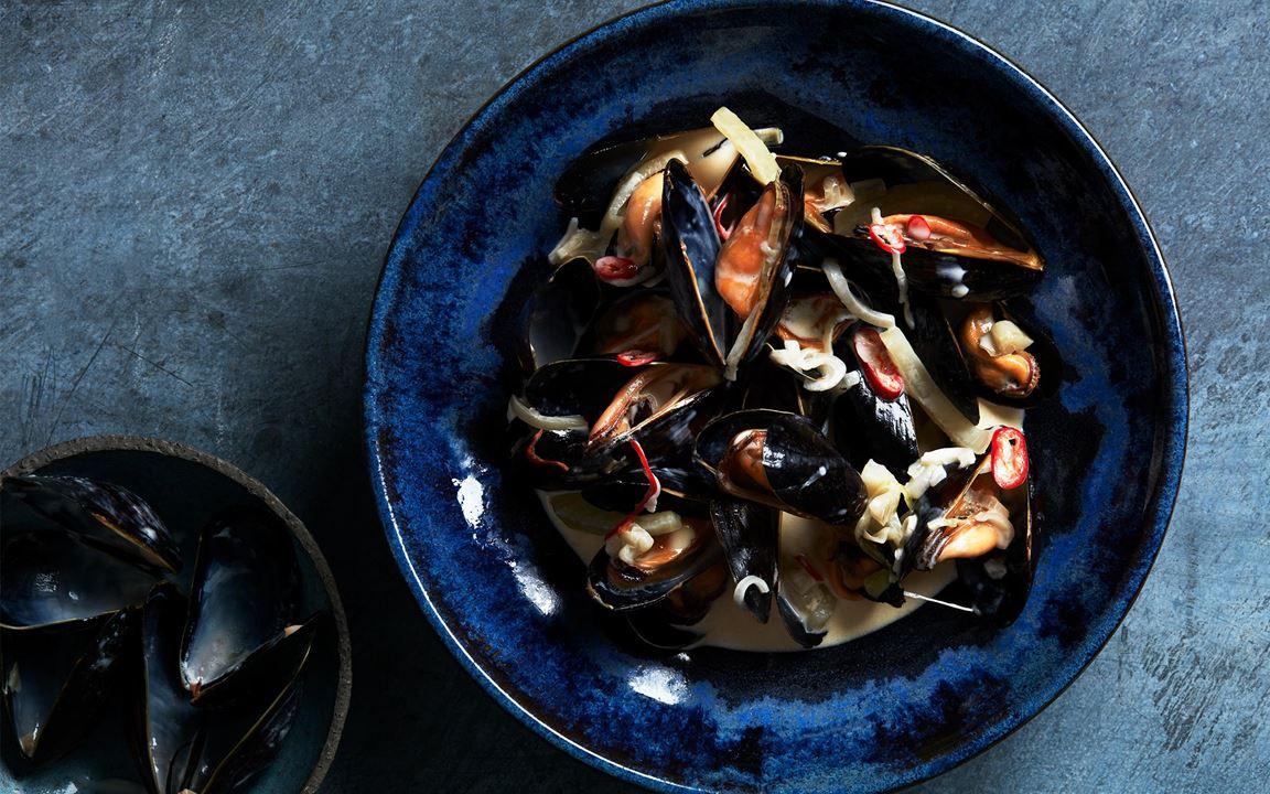 En enklare variant av den amerikanska musselsoppan clam chowder. Såsen med sin gräddiga karaktär får balans av syran i grädden. Fänkål, chili och lite vin ger också smak.