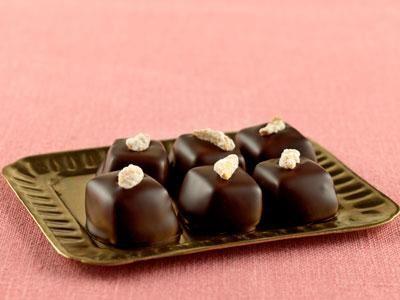klassisk småkaka doppad i choklad toppad med mandel.