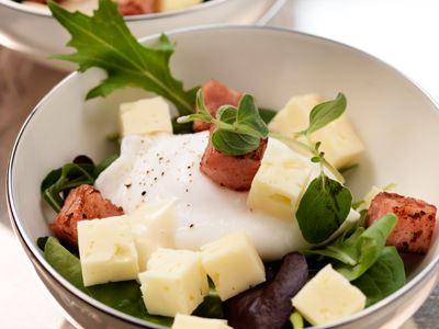 BJud med gästernas smaklökar till Frankrike och servera en rustik, matig bondsallad med härliga smaker. Låt gärna osten stå framme och temperera en stund innan du skär upp den så smakar den mer.