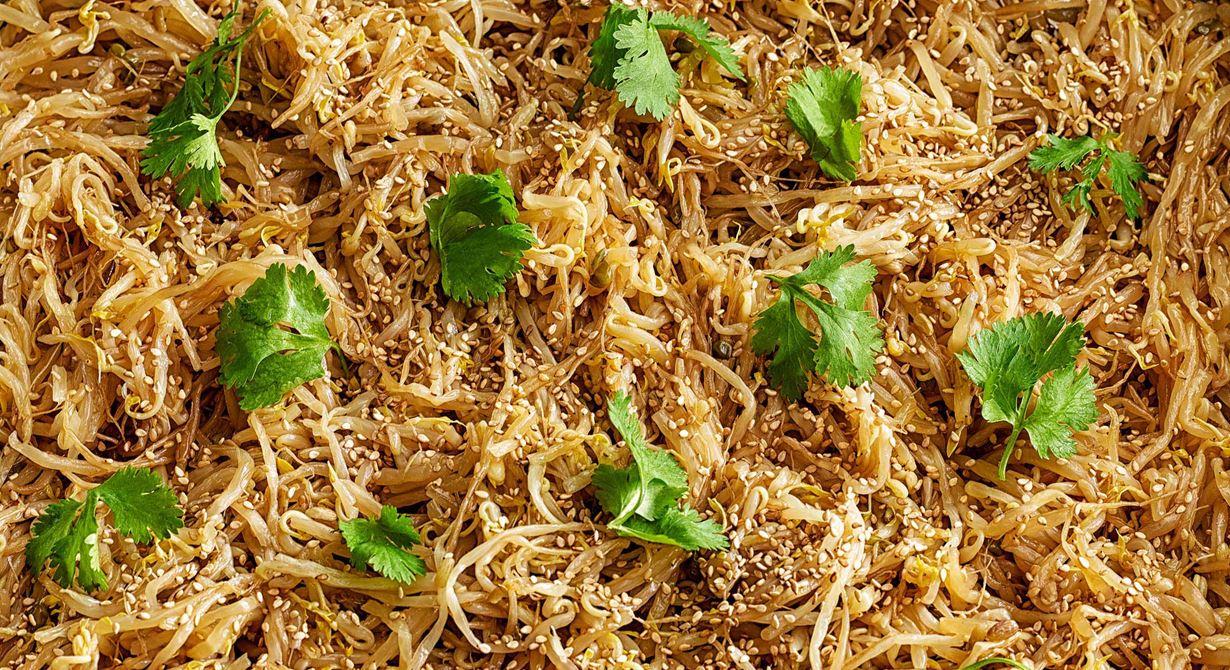 Böngroddar och purjolök är basen i den här goda salladen med smak av sweet chili. De asiatiska smakerna förstärks när du toppar salladen med sesamfrön och färsk koriander.