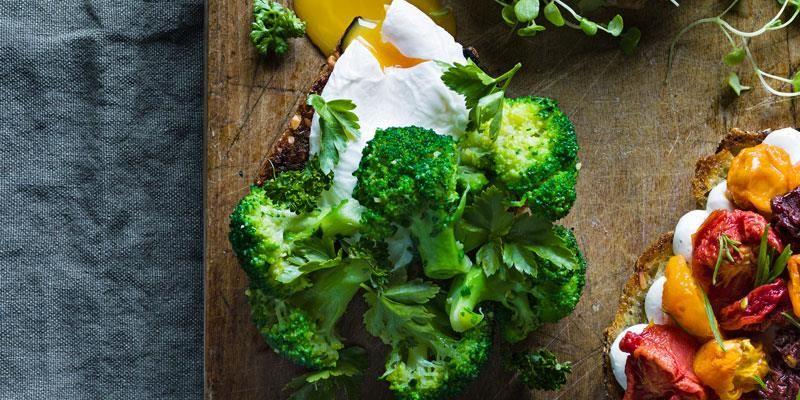 Idag finns många olika sorters broccoli att välja på. Här får broccolin syra av citron och den gröna smaken lyfts ytterligare med aromatiska örter. Enkelt och gott på smörgrillat rågbröd i sällskap med pocherat ägg.