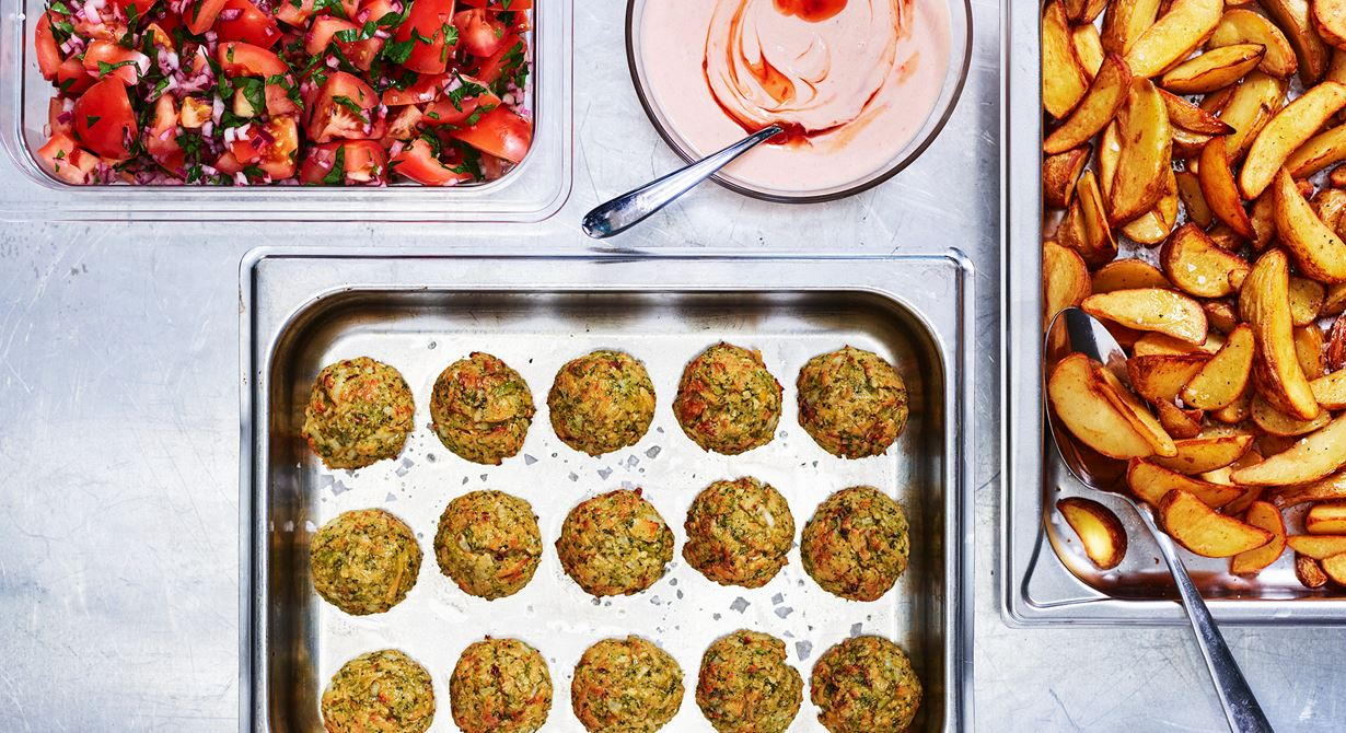 """Maria Vakrööm på Hallerna Förskola har skapat dessa broccoli- och kikärtsbollar med riven Grilling Cheese. På förskolan kallar de bollarna """"Mias cheesiga livspuckar""""! Bollarna har en känsla av falafel med sin krispiga yta och smak av kikärtor."""