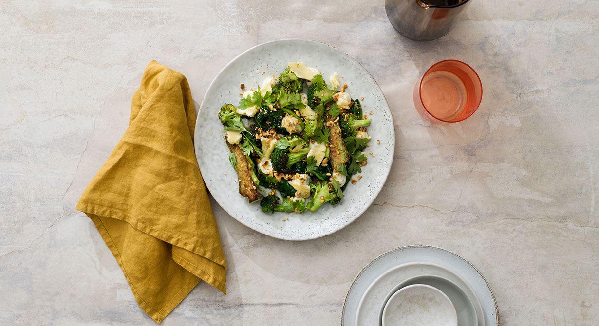 Fräsch grön broccoli-rätt med krämig ostmajonnäs och rostade hasselnötter som ger en fin textur till rätten. Smaksatt med champagnevinäger, hatch chili och rostade korianderfrön. Passar både att servera som en mindre förrätt eller som en matig huvudrätt.