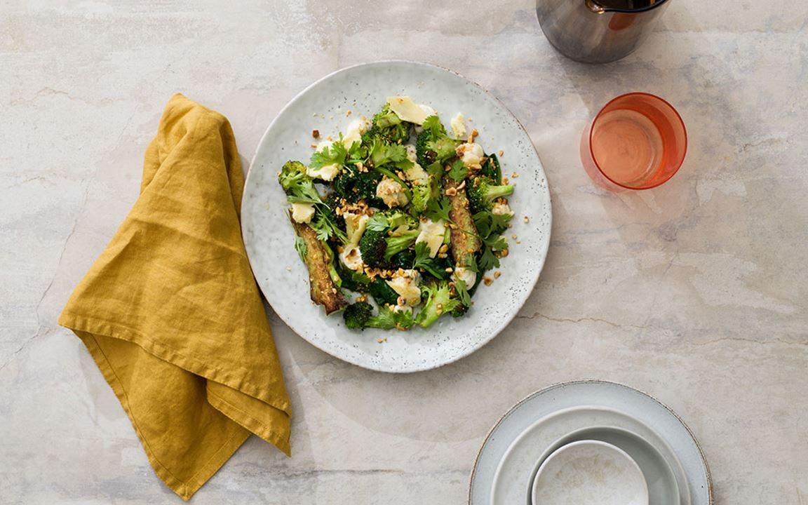 Broccoli och spenat med hatch chili, lagrad ost, hasselnöt och koriander