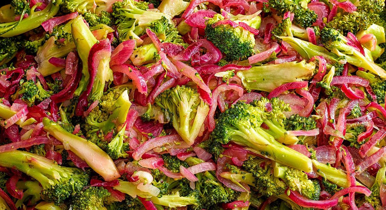 Saftig och god med hög syra. Crunchig broccoli som får marinera med rödlök och syrlig  vitvinsvinäger i en vacpåse. Förbered och marinera fram till servering. God med Svecia-  och bacondressing.