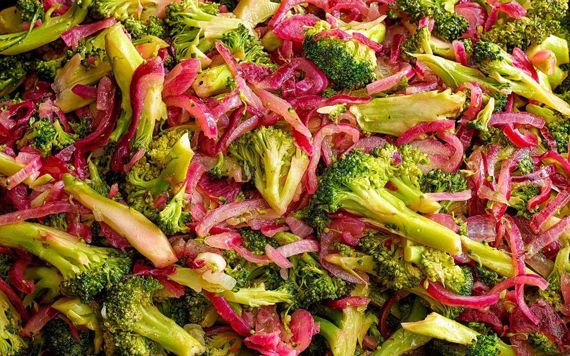 Broccolisallad med rödlök
