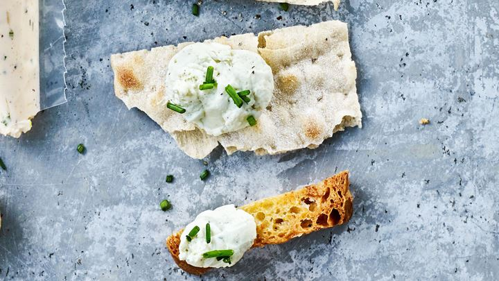 Bröd- och grönsaksstavar med ädelostdipp