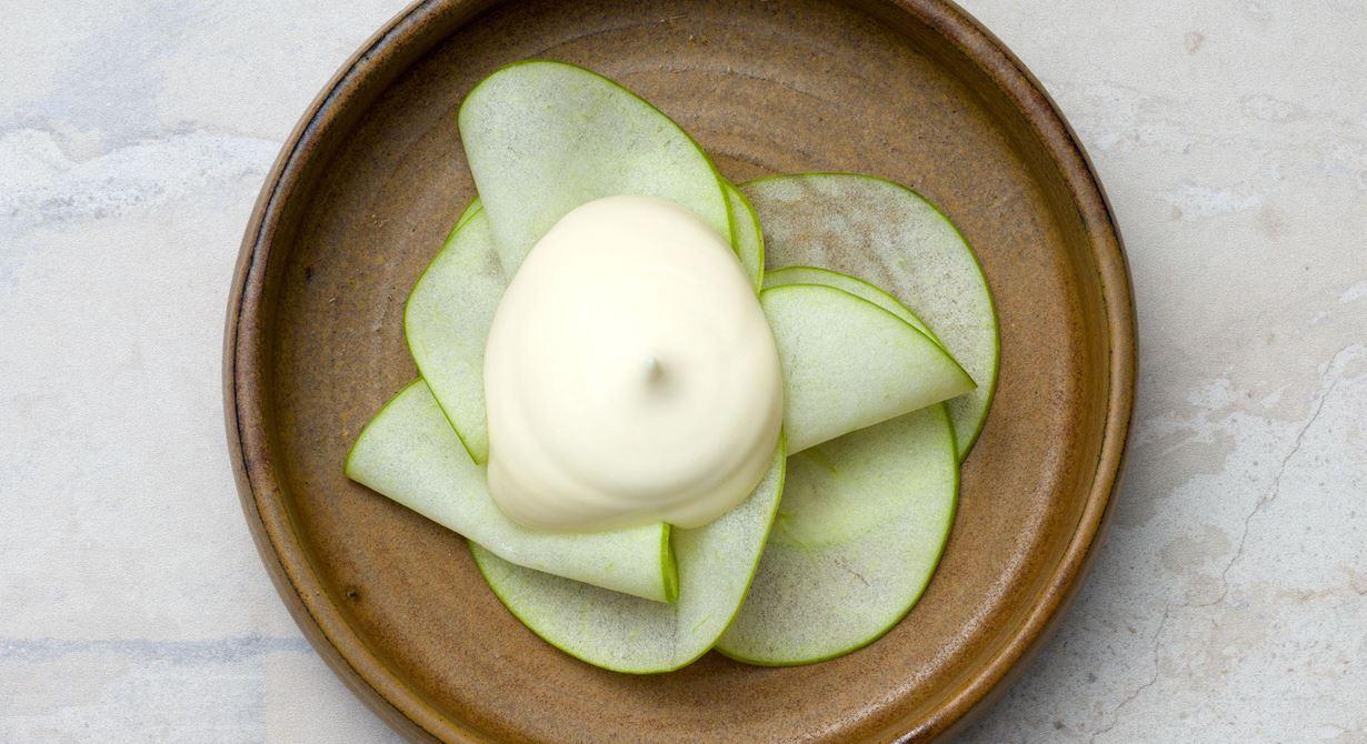 Det är något magiskt med brynt smör. Den nötiga smaken får en sötsyrlig brytning av äpple och citron. Skummet liknar en majonnäs med mild och god syra som passar till fisk och fläskkött.